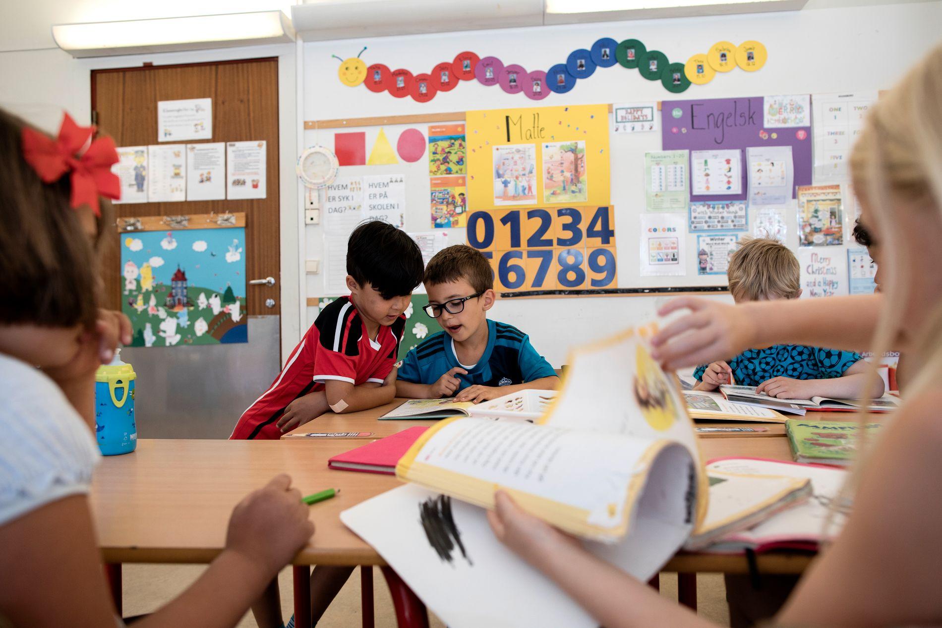 SAMARBEID: Tett samarbeid om oppgaveløsing i klasse 1-A på Hønefoss skole i juni i år.