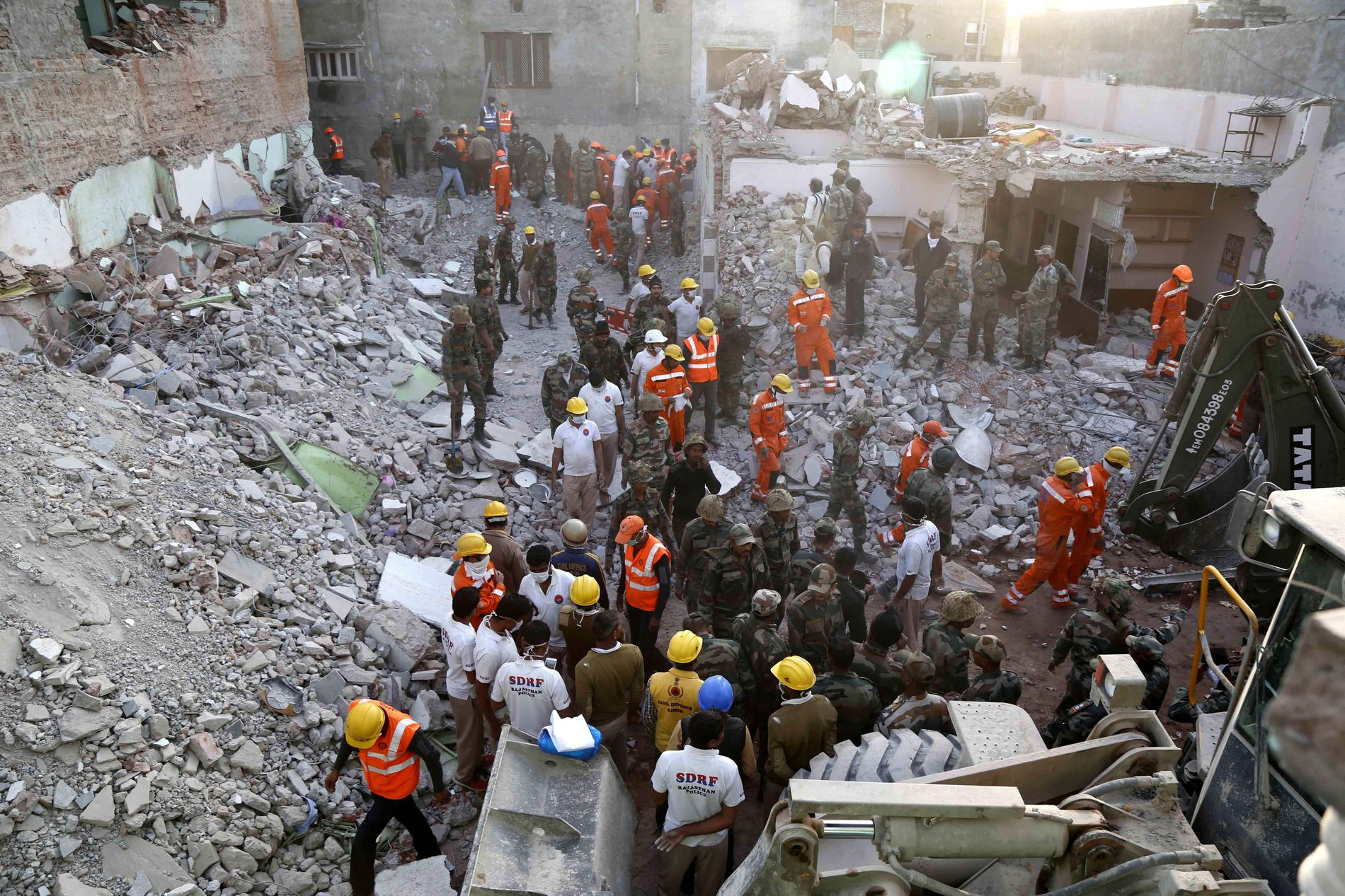 STORT REDNINGSARBEID: Etter gasseksplosjonen jobbet redningsmannskaper for å lete gjennom bygningen som kollapset.