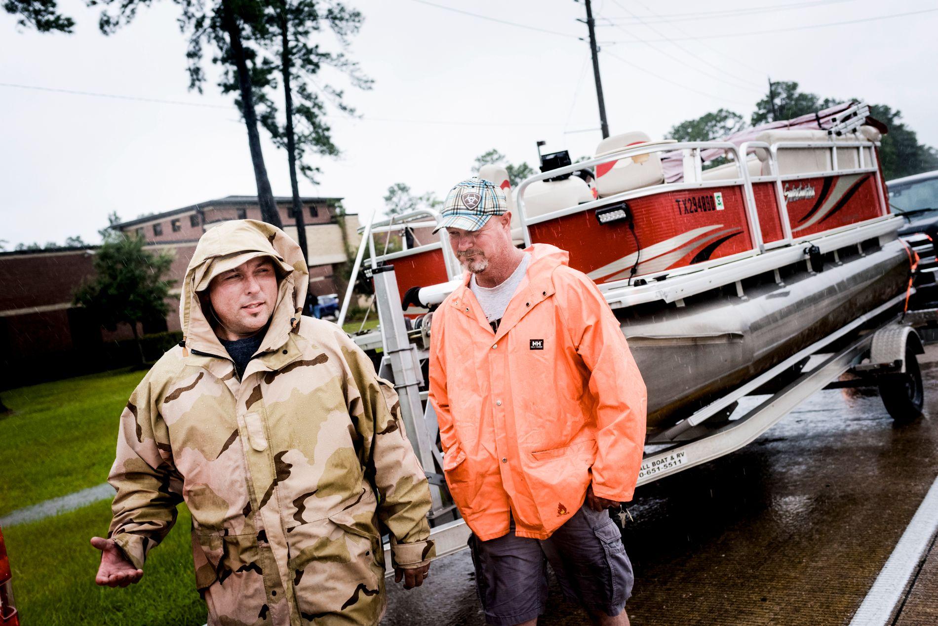 HJELPER I NØDEN: Chris Bugg (t.v.) og Eric Neff er på vei med båt for å hjelpe til med redninsgarbeidet.