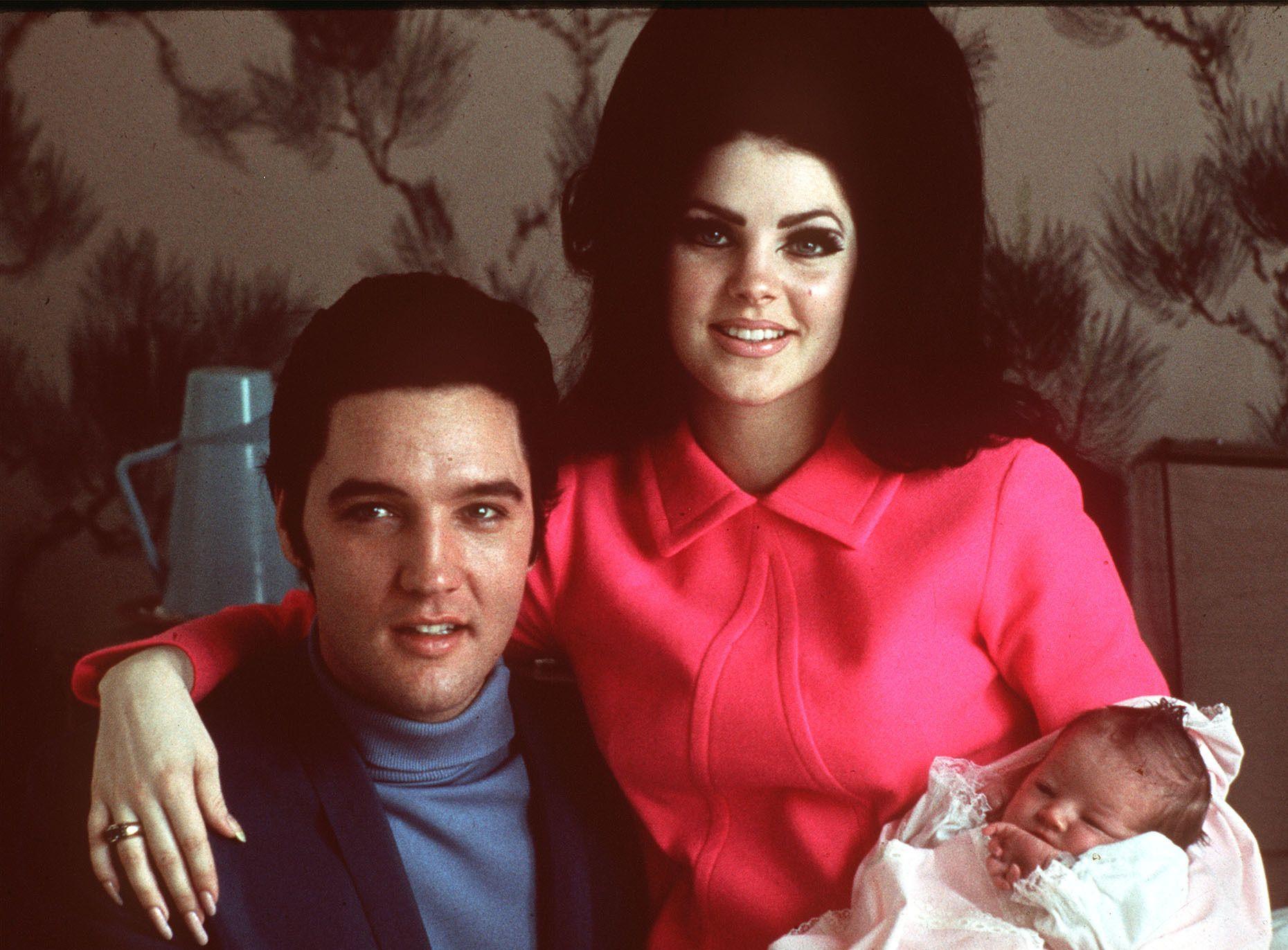 LYKKELIGERE TIDER: Elvis Presley og Priscilla med nyfødte Lisa Marie i 1968.