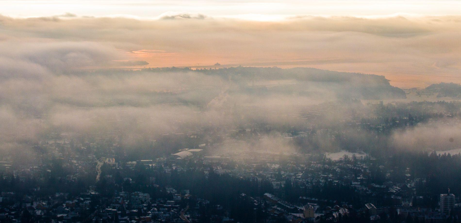 HELSEFARLIG: Kaldt vær og forurensing fører til helsefarlig luftkvalitet i Oslo. Oversiktsbilde tatt fra Holmenkollbakken i 2013.
