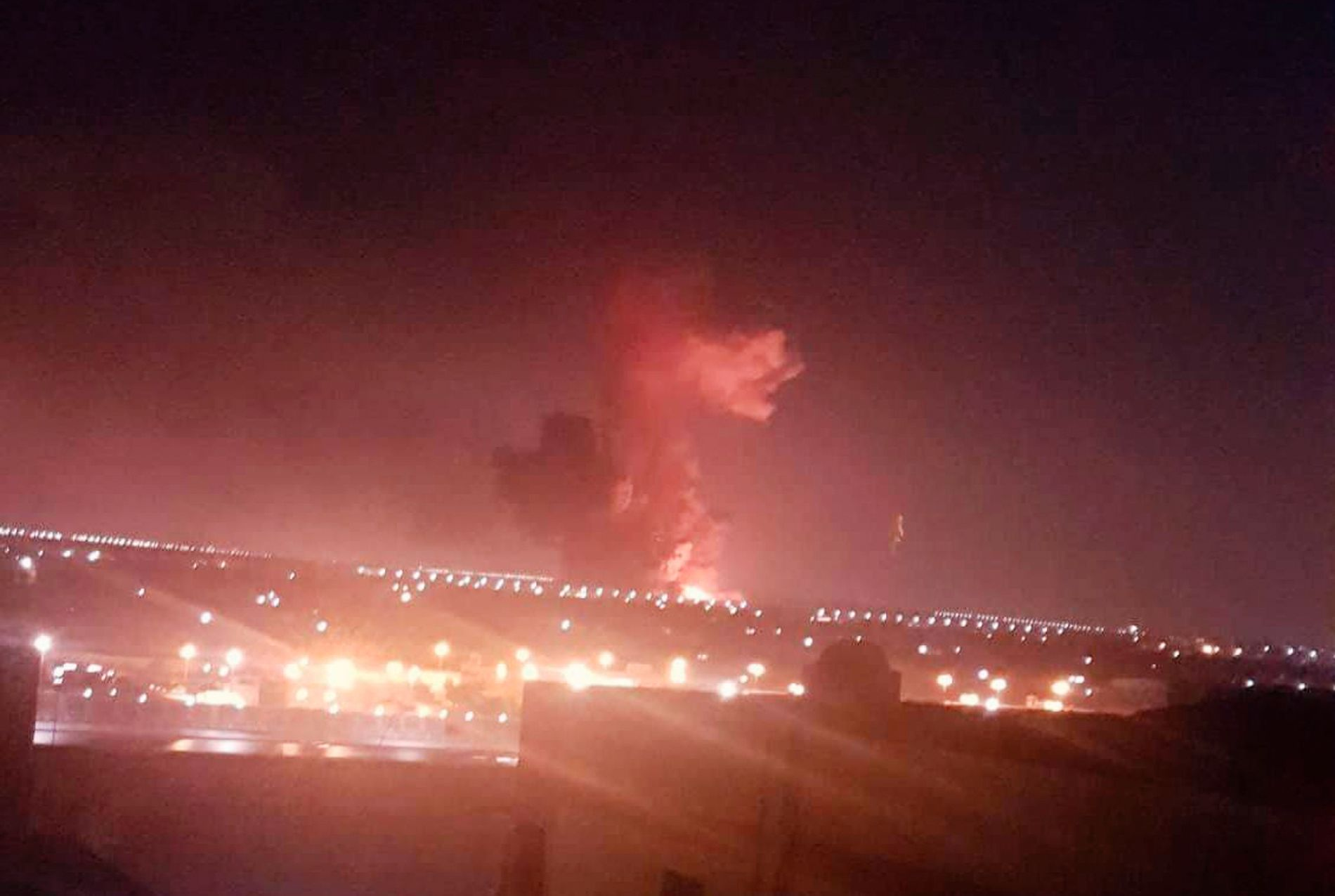 RØYKSKY: Bildet viser eksplosjonen ved en kjemikaliefabrikk i Kario torsdag kveld.