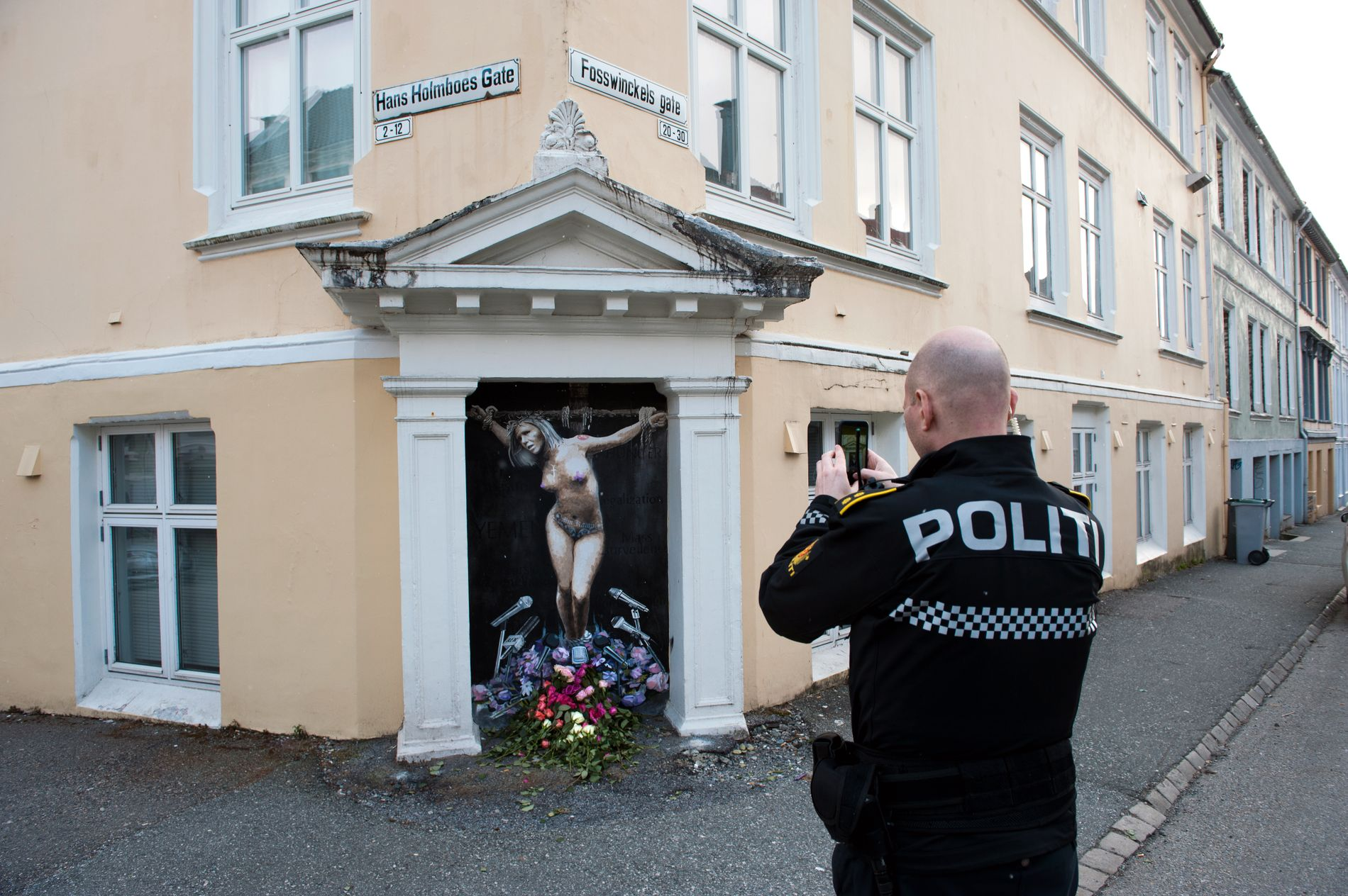 KORSFESTET: «Making a Martyr» ble satt opp midt på natten i Bergen sentrum.