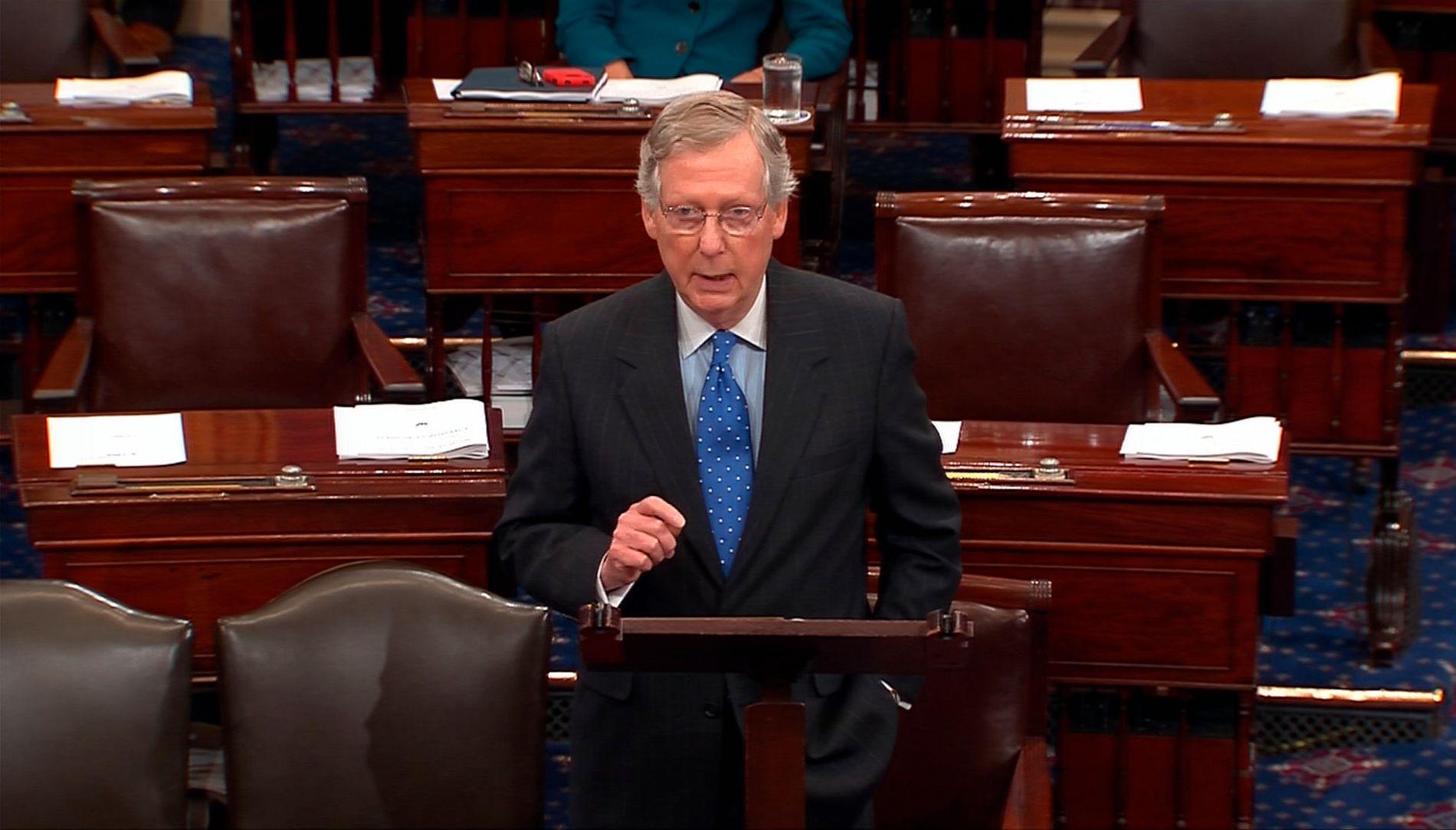 FLERTALLSLEDER: Republikaneren Mitch McConnell, her under en tale i USAs senat, presset på for å få en rask avstemning om ny skattelov.