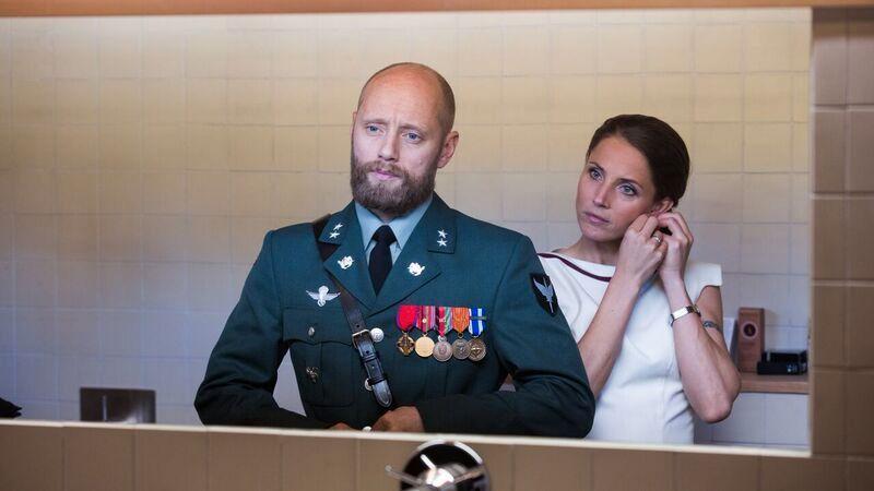 KOMMER: Aksel Hennie som Erling Riiser og Tuva Novotny som kona Johanne.