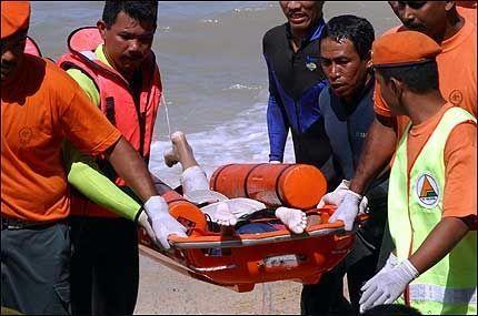 OMKOMMET: Flere døde bæres i land på Penang i Malaysia mandag morgen. Foto: AP