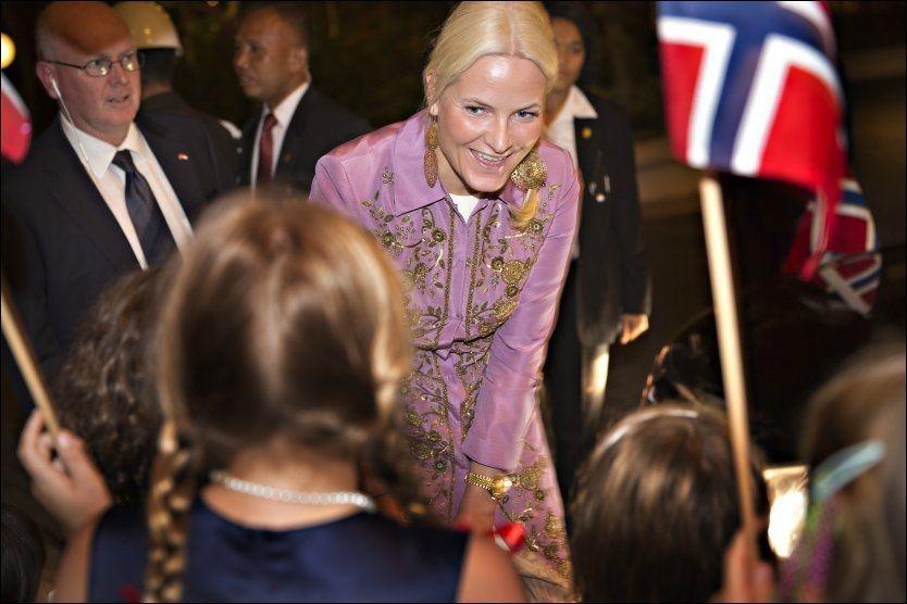 BARNEPASSER: - Jeg var den som kunne reise, sier kronprinsesse Mette-Marit. Her fra kronprinsparets besøk i Indonesia tidligere i år. Foto: Gisle Oddstad/VG