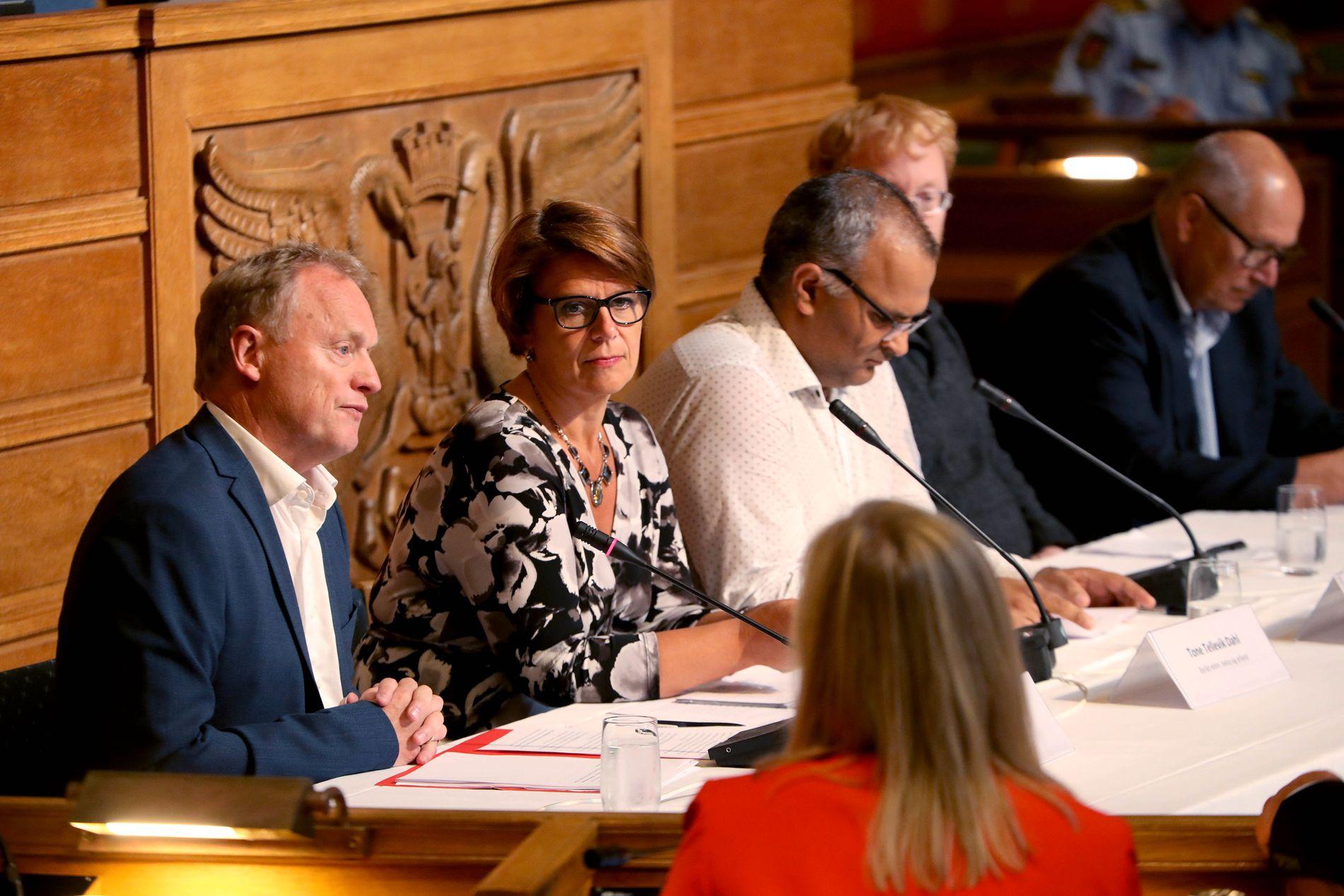 ÅPEN HØRING: Hele mandag var det en høring om ungdomskriminalitet, utenforskap og utrygghet i Oslo rådhus. Her er byrådsleder Raymond Johansen (t.v.) og byråd for eldre, helse og arbeid, Tone Tellevik Dahl (Ap).