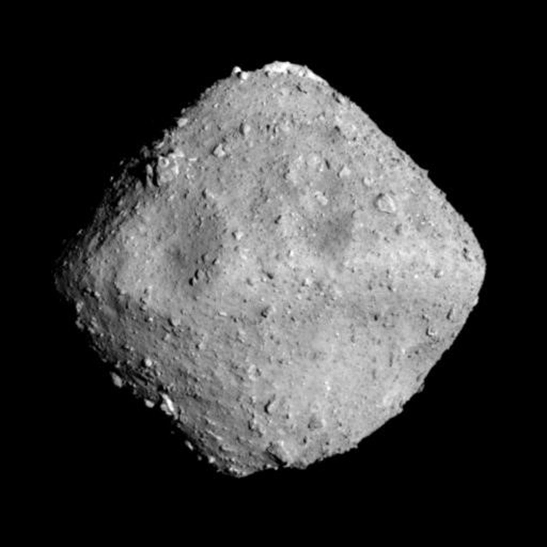 DIAMANT I «ROMMET»: Dette bildet av asteroiden Ryugu er tatt tirsdag denne uken, fra det japanske romfartøyet Hayabusa 2 på rundt 20 kilometers avstand.