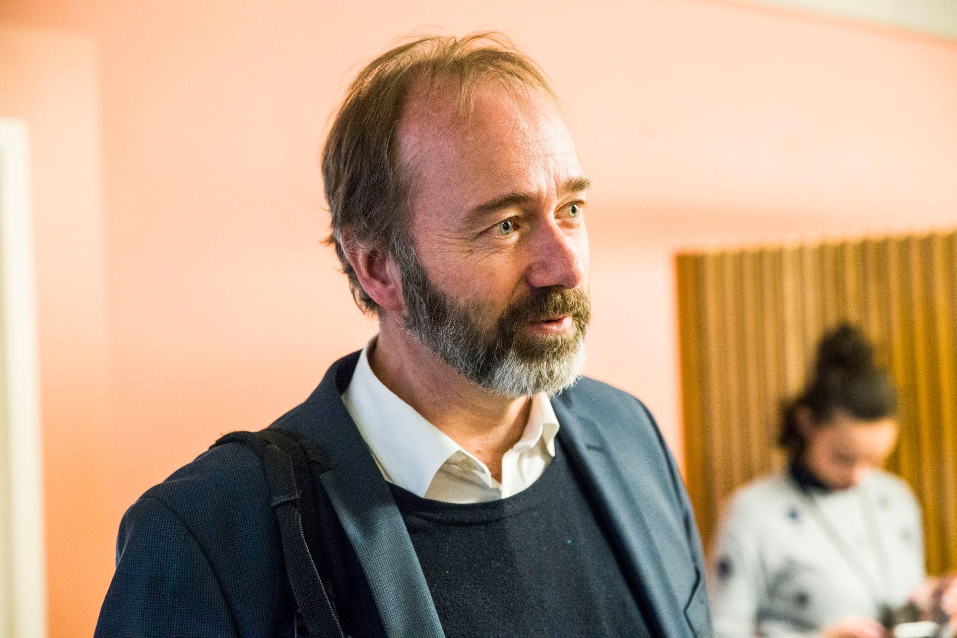 Ap-veteran Gunnar Tore Stenseng beskriver Trond Giske som en glimrende debattant til TV.