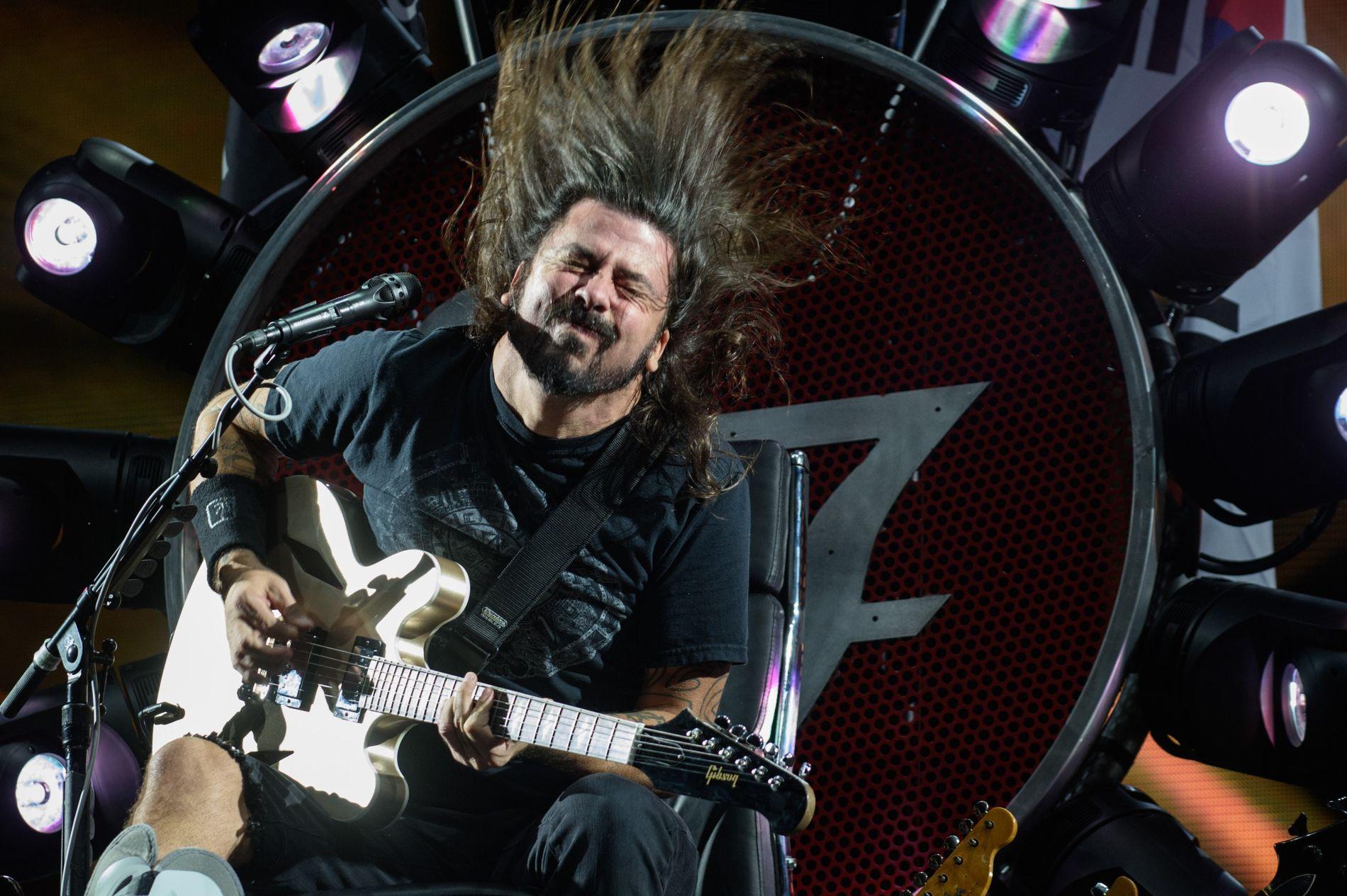 TRONENS EIER: Dave Grohl sittende på tronen under en konsert i Sør-Korea i juli i fjor etter å brukket beinet i Sverige.