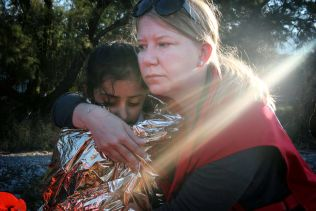 Finske Caroline Haga i Røde Kors og en ung jente.