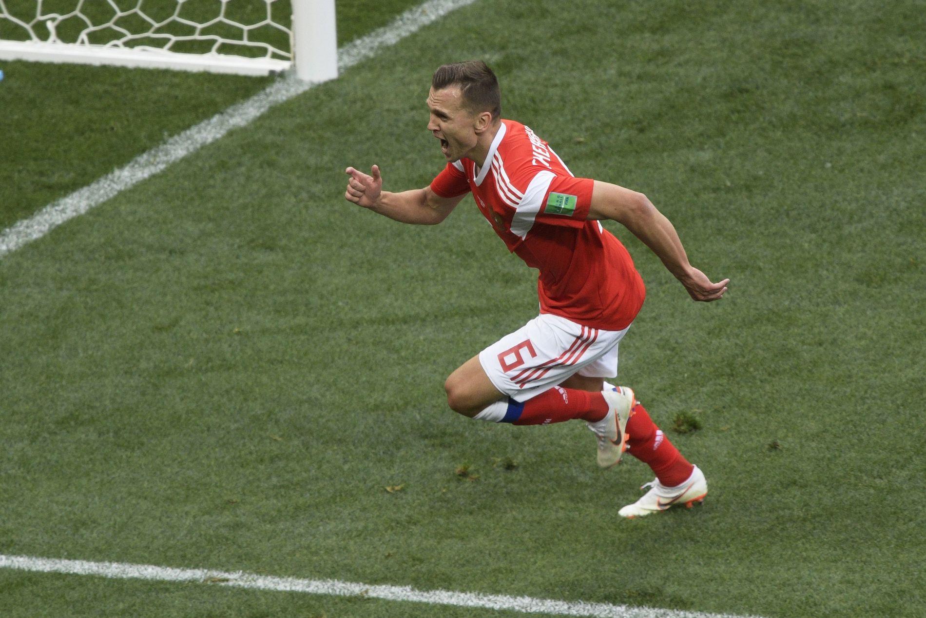 FOR EN RESERVE! Denis Tsjerysjev kom inn og scoret to ganger for Russland. Her jubler han etter den første.
