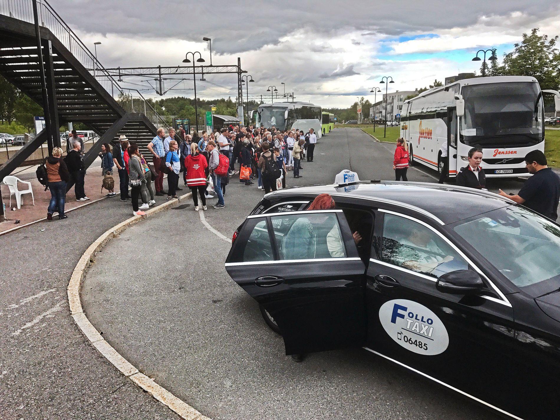 TAR EN TAXI: Ikke alle tenker på hvordan sluttprisen på taxituren dannes mens de setter seg inn i bilen. Bildet er fra Vestby stasjon i Akershus sist sommer.