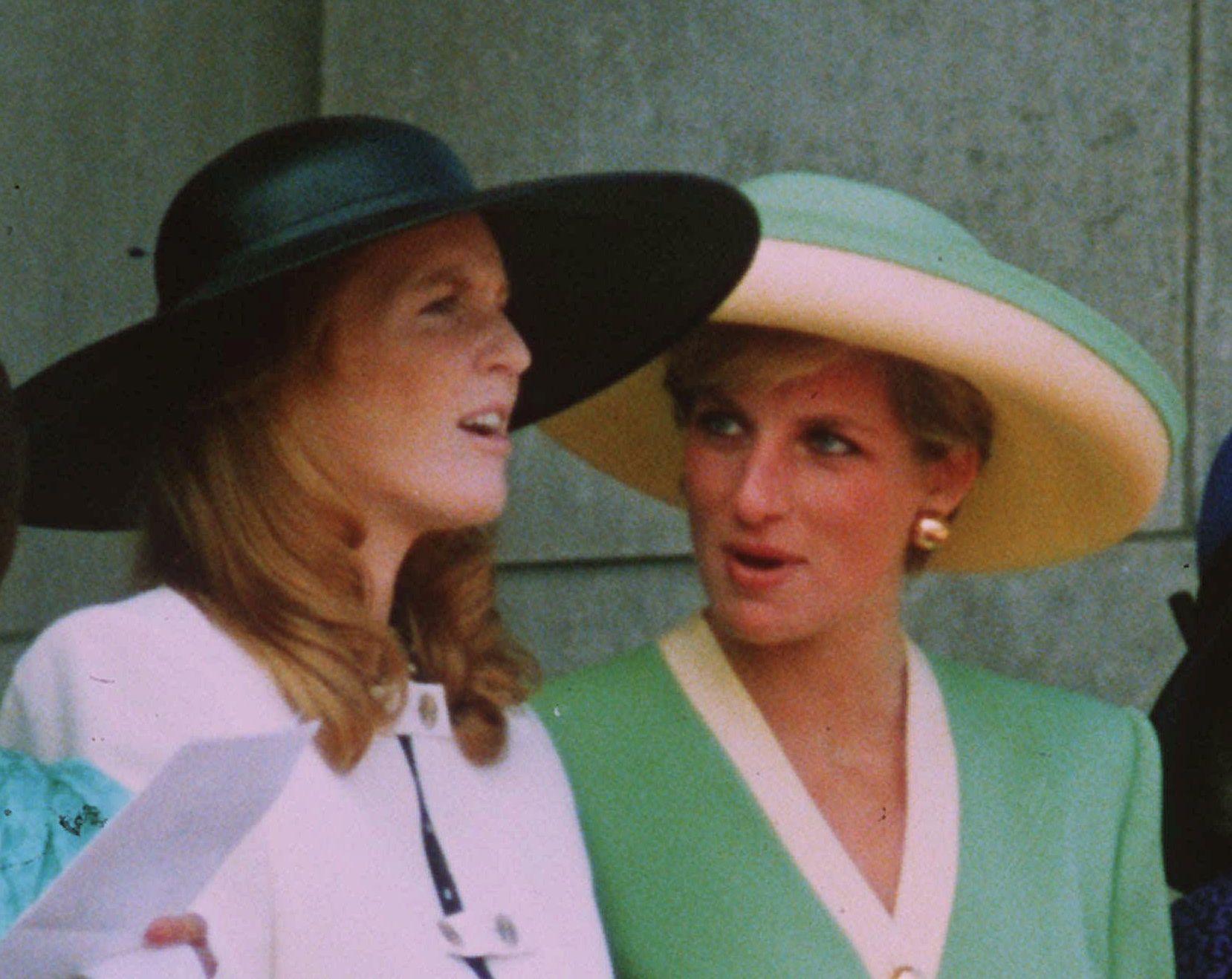 VENNER: Hertuginnen av York og prinsesse Diana på Buckingham Palace i september 1990.