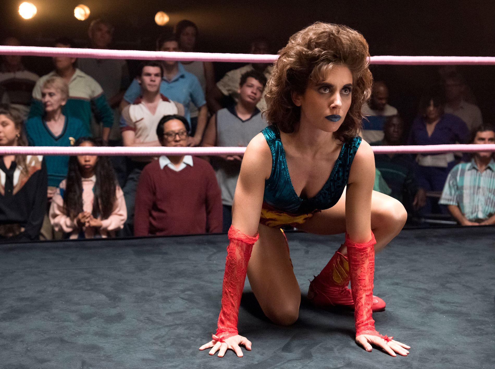 KOMISK OG KYNISK: Alison Brie som Ruth i «Glow». Brie er Golden Globe-nominert for rollen.