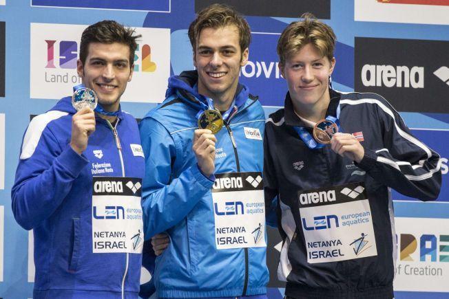 PALLEN: Italias gullvinner Gregorio Paltrinieri (i midten) med landsmannen Gabriele Detti (t.v.) som tok sølv. Til høyre Norges bronsegutt Henrik Christiansen etter EM-finalen på 1500 meter i Israel.