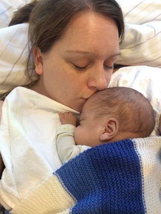 I MORS ARMER: Liam Nathaniel ble født i uke 24 av Annelin Knudsens svangerskap, og er i dag en frisk åtte måneder gammel gutt.