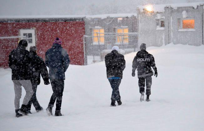 VEDTAK: Politiets utlendingsenhet hentet ut flyktninger fra brakkene for å forkynne vedtak for dem: Får de bli eller må de dra?