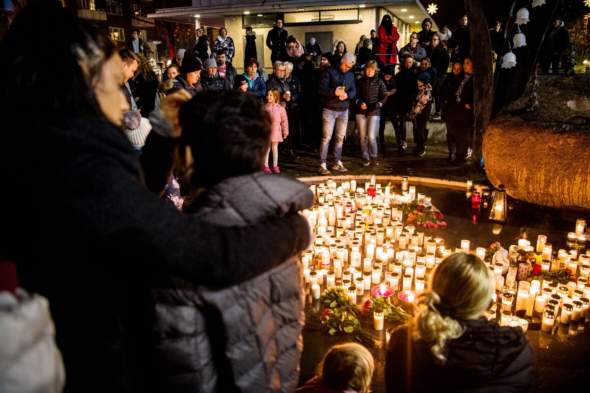 SAMLET SEG: Innbyggerne i Falkenberg samlet seg torsdag etter politiet gikk ut med at de hadde funnet en død person som «med all sannsynlighet» var tolv år gamle Dante.