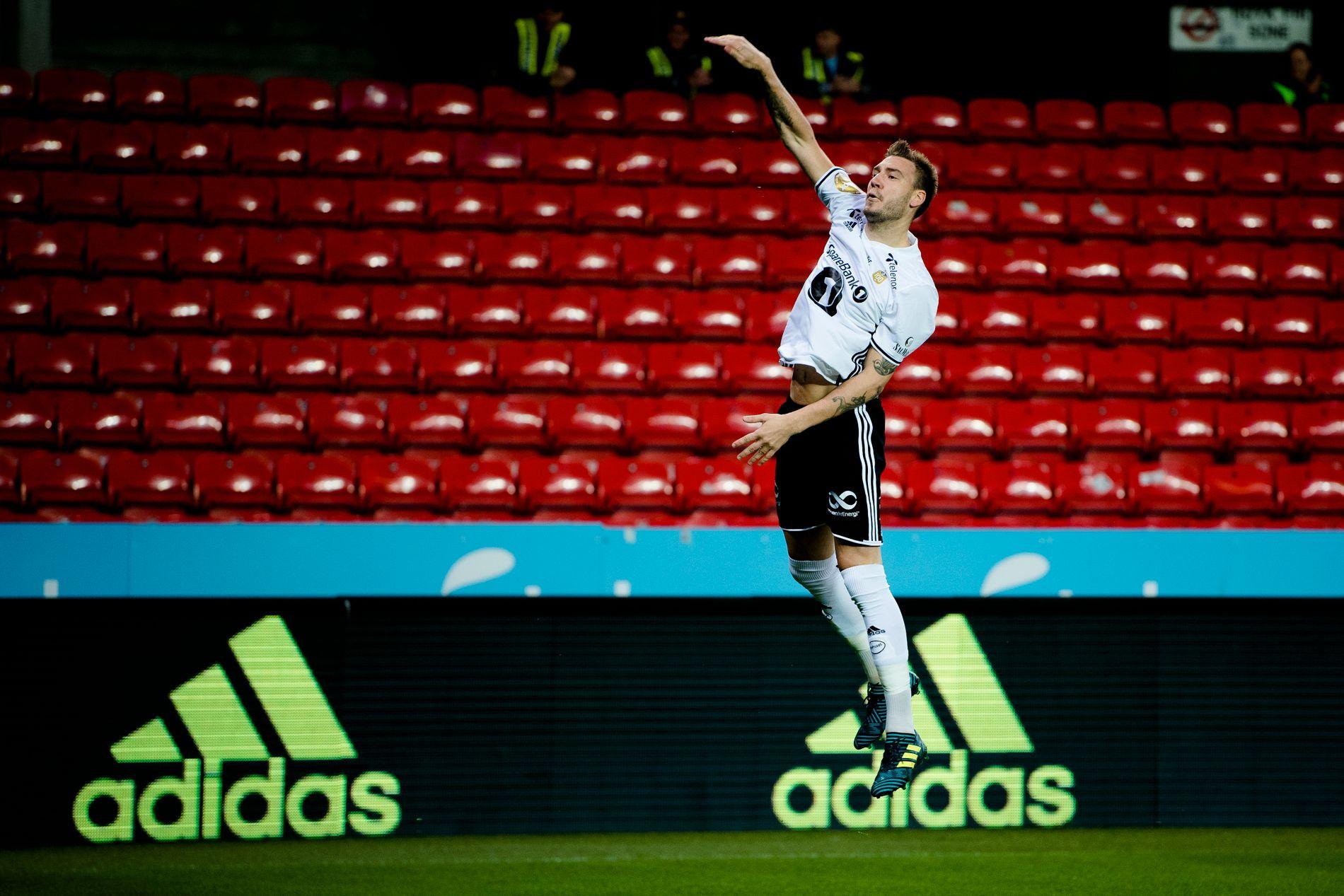 Rosenborgs Nicklas Bendtner feiret med en slam-dunk etter å ha satt 1-0 allerede etter to minutter.