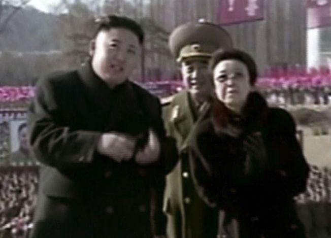 KRØLL PÅ LINJEN: Her er det eneste kjente bildet av Kim Jong-uns tante Kim Hyong-sui, sammen med diktatoren under en seremoni i Pyonyang i februar 2013.