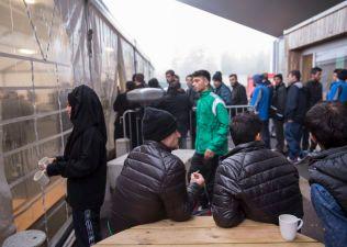 MATKØ: Asylsøkerne i kø for å hente mat. Det er servering omternt kontinuerlig, av enten varm eller kald mat, avhengig av tidspunktet på dagen.