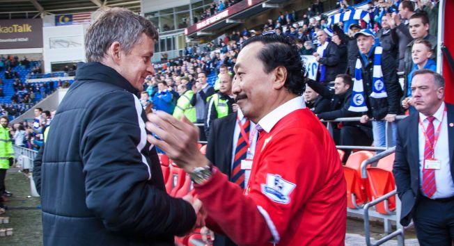 IKKE TANS MANN: Vincent Tan klapper Ole Gunnar på skulderen, men Cardiff-eieren hevdet etter avskjeden at Solskjær aldri var hans mann.