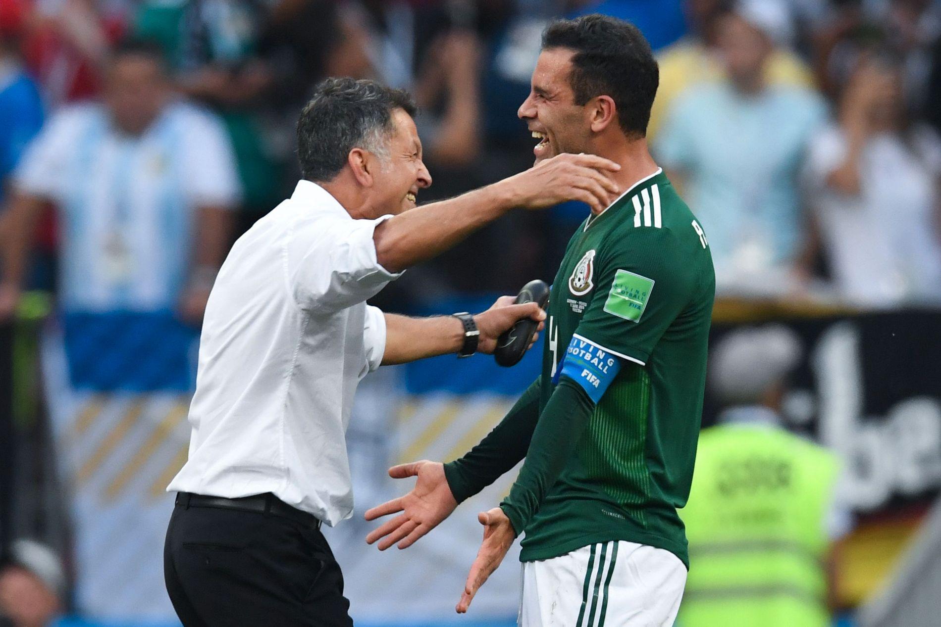 FOR EN MANN! Rafa Marquez kom inn og ble den første spilleren som er kaptein i fem VM. Her feirer han seieren med trener Juan Carlos Osorio.