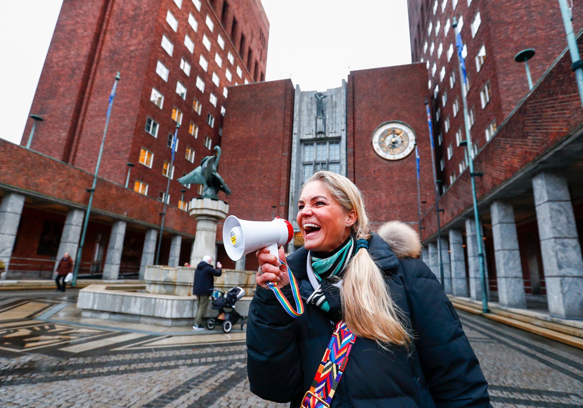 I 2017: Her er Cecilie Lyngby i november 2017 da 4000 mennesker møtte utenfor Oslo rådhus for å markere sin misnøye med bomring og økning av avgifter i Oslo.