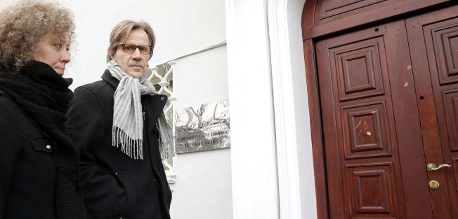 PROTESTERTE: Amnesty Norge med generalsekretær John Peder Egenæs og Ina Tin på vei inn til Irans ambassade sist torsdag for å levere underskrifter og be myndighetene oppheve dødsdommen mot Saman Naseem.