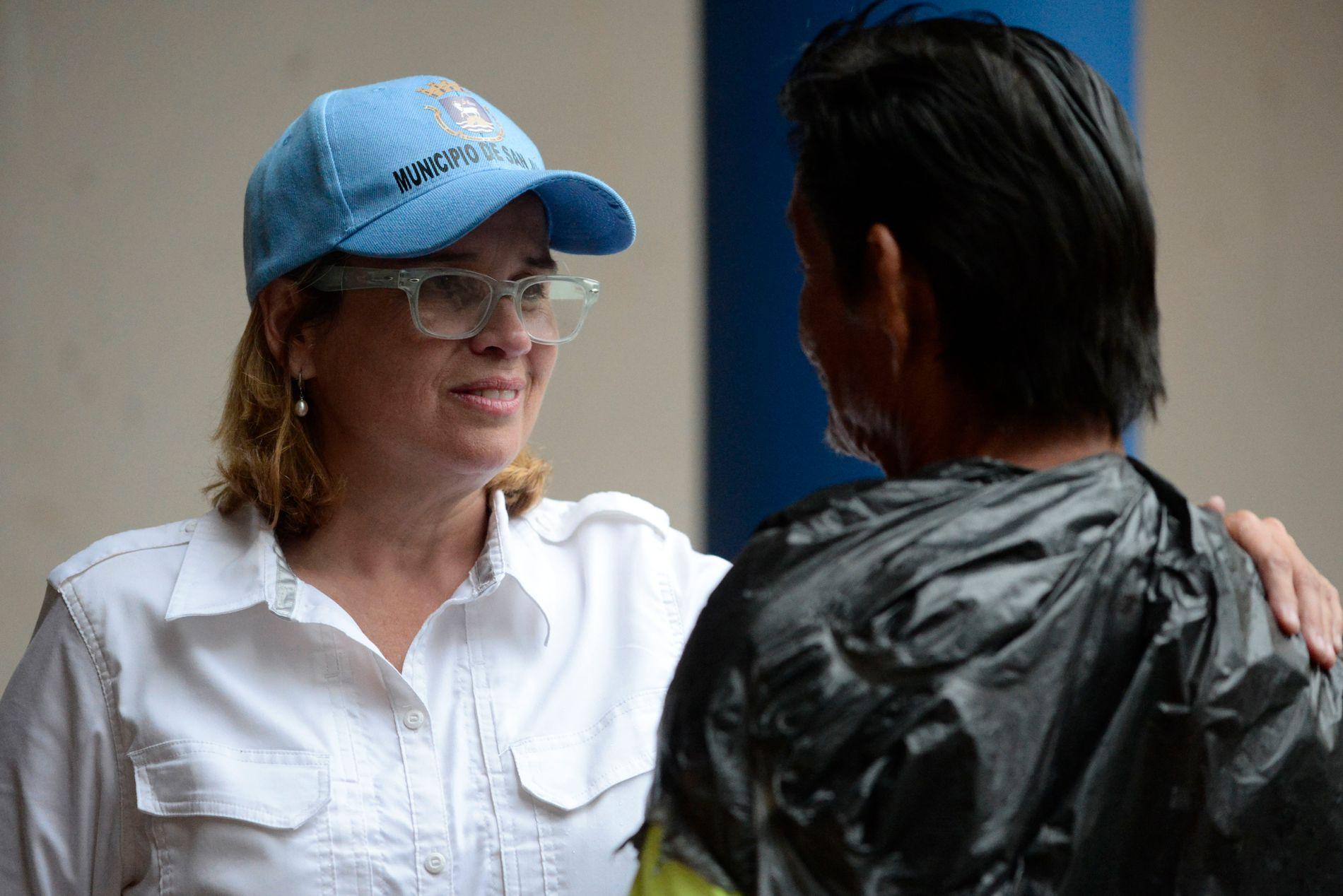 SVARER PÅ KRITIKKEN: Ordfører Carmen Yulin Cruz ber de føderale myndighetene om å gjøre det de kan for å dekke øybefolkningens behov for mat, vann og elektrisitet.Her snakker hun med en mann på et av sykehusene i San Juan på Puerto Rico. Foto: Carlos Giusti / AÅ / NTB scanpix