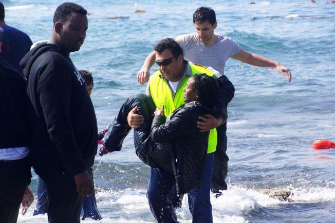 BLE REDDET: Disse båtflyktningene nådde kysten av Rhodos før båten deres sank. Kronikkforfatteren drøfter i denne kronikken Tony Blair-regjeringens forslag om å etablere trygge asylsentre i områder utenfor EUs grenser.