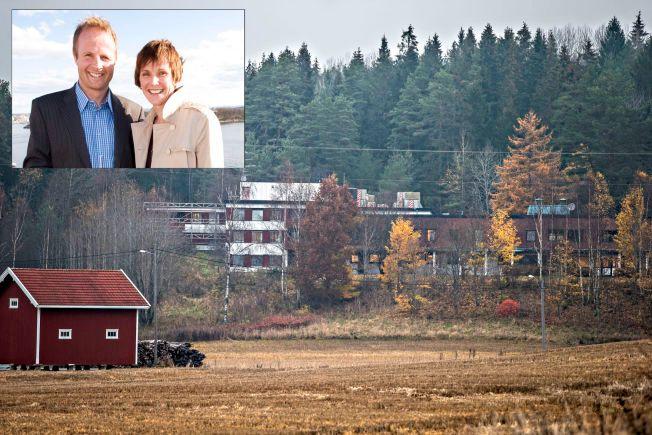 SKARI-EIENDOM: Asylmottaket som ekteparet Skari eier på Kolstad i Sarpsborg. Innfelt Geir og Bente Skari under en båttur i Oslofjorden i 2008.