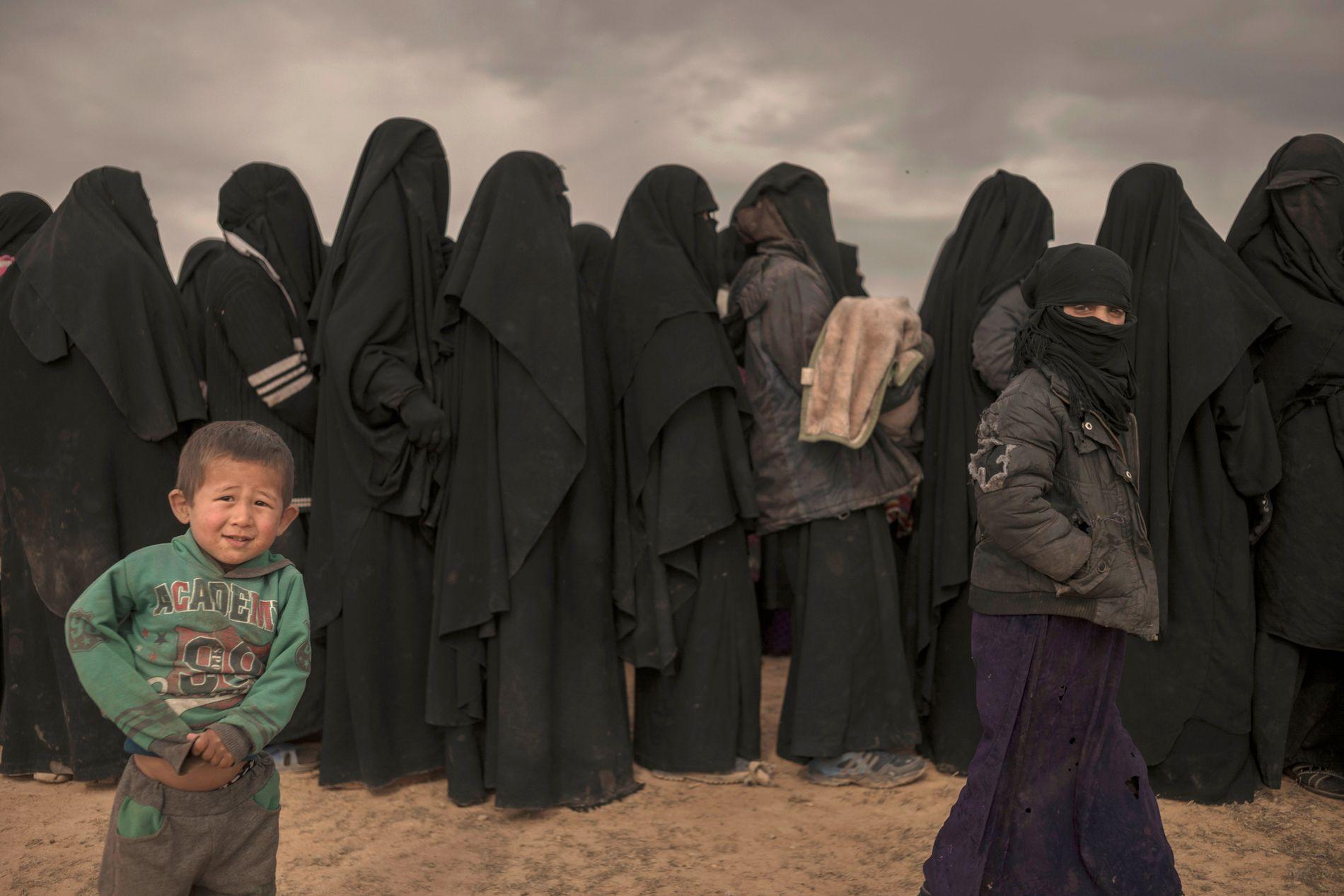 REGISTRERES: Kvinner står i kø for å bli registret av SDF etter å ha forlatt IS-området. To norske kvinner har kommet ut av Baghouz den siste tiden.