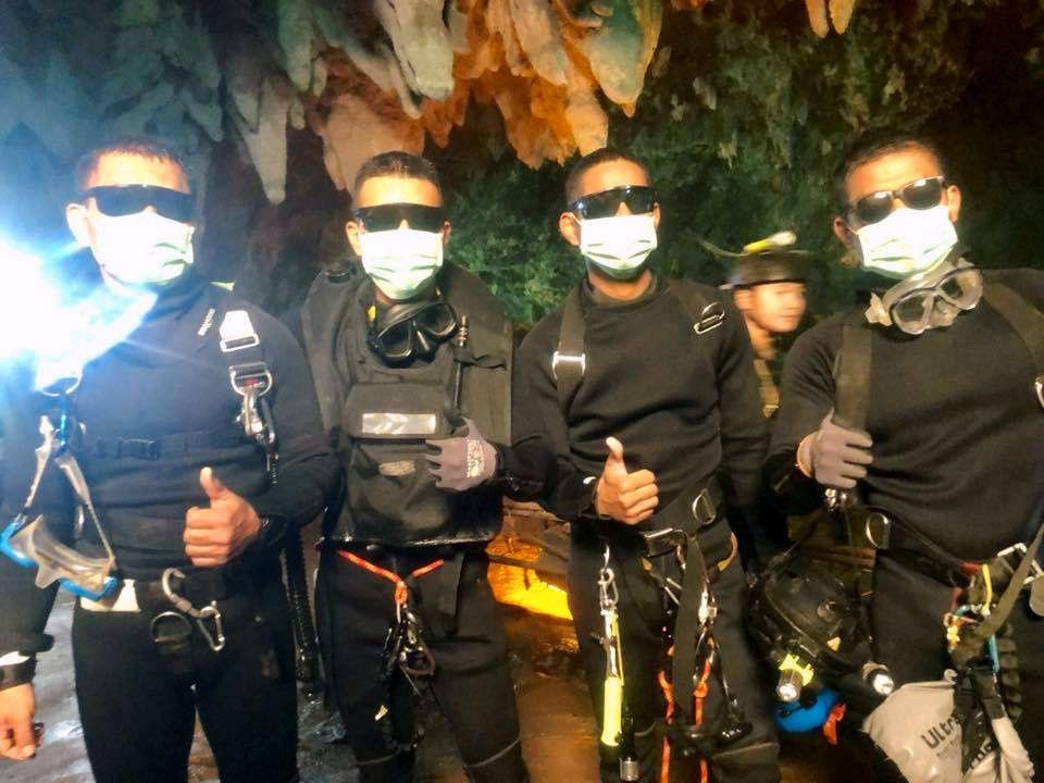 GLADE: Fire av de thailandske marinesoldatene på vei ut av grotten etter redningsaksjonen.