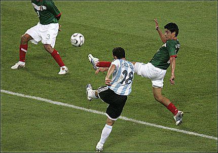 VAKKER SCORING: Maxi Rodriguez får kanontreff fra 17 meter og avgjør kampen mot Mexico. Foto: AP