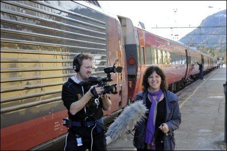 POPULÆRT: Reporter Elin Helgheim og fotograf Thomas Hellum på Ål stasjon, midtveis mellom Oslo og Bergen. Programmet er blitt svært populært blant seerne Foto: Embrik Rudningen, Hallingdølen