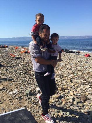 OVERLEVDE: Denne mannen kom seg trygt over Middelhavet sammen med sine to små barn. «Bare 70 km til havnen for registrering. Frem til det er dere å regne som kriminelle og vil ikke kunne reise med hverken buss eller taxi. Og hotellene kan ikke ta dere inn, fordi dere ikke er registrert. Restaurantene serverer dere ikke mat, men dere kan få med dere en flaske vann - på deling, for det er snart tomt. Og mannen ville så gjerne betale for vannet,» skriver Trude Jacobsen om bildet på Facebook.