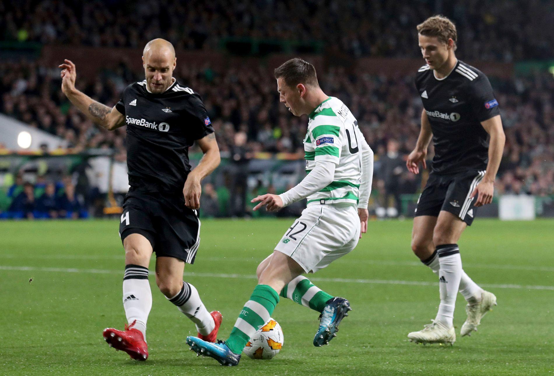 KAMP: Rosenborgs Tore Reginiussen (til venstre) og Vegar Eggen Hedenstad (til høyre) i kamp med Celtics Callum McGregor.