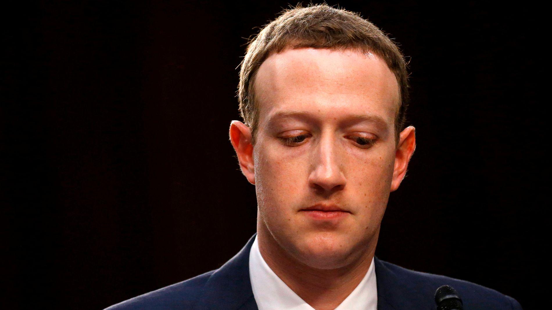 STEMTE FOR: Oljefondet stemte for et forslag på Facebooks generalforsamling om at selskapet skulle utarbeide en rapport om blant annet falske nyheter og innblanding i politiske valg, etter å ha stemt mot et lignende forslag i fjor.Det kommer frem på fondets egne nettsider. Dette er Facebooks grunnlegger og konsernsjef, Mark Zuckerberg.