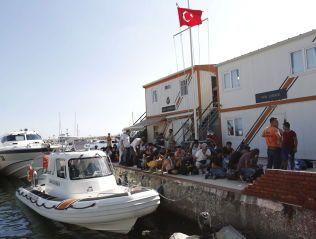 BÅT AV DENNE TYPEN? Bildet viser migranter og flyktninger som er stanset av den tyrkiske kystvakten på vei mot Lésvos.