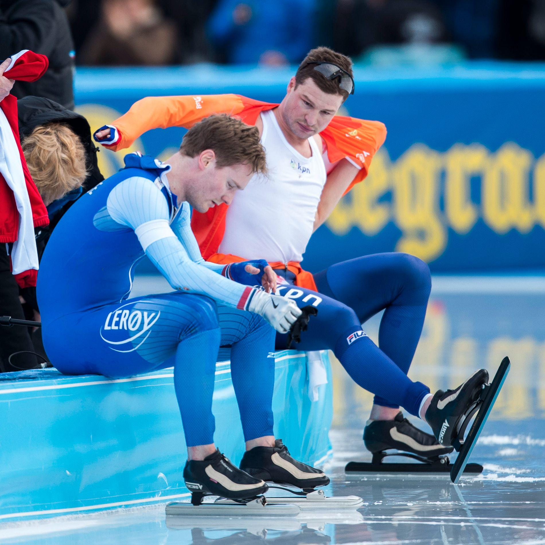 KONGELIG TRØST: Sven Kramer viser medfølelse overfor Sverre Lunde Pedersen etter at nordmannen i par med nederlenderen falt på 10.000-meteren og tapte gullmedaljen sammenlagt i allround-VM forrige sesong.