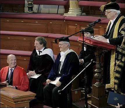 MORSOMT: Kong Harald blir åpenbart offer for et humoristisk, britisk understatement fra rektor for Universitetet i Oxford, Lord Patten of Oxford, da kongen torsdag formiddag i Sheldonian Theatre ble kreert til æresdoktor ved Universitetet i Oxford. Foto: SCANPIX