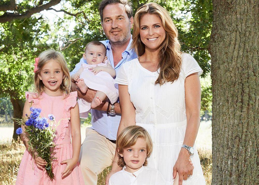 FEM: Prinsesse Madeleine og Chris O'Neill med barna Leonor, Nicolas og Adrienne i fjor sommer.