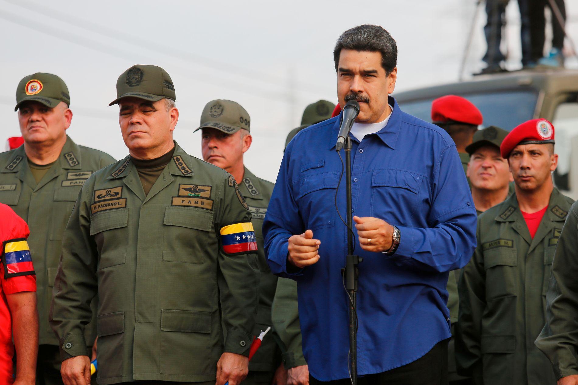 BEKREFTET SAMTALER: Venezuelas president talte under en seremoni på en militærbase i Maracay.