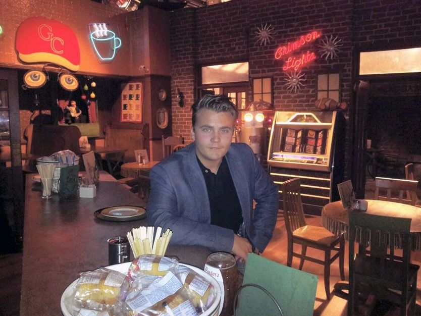 PÅ SETTET: Bildet i kaffebaren er fra «Crimson Lights Coffee Shop» kjent fra serien «The Young and the Restless». Foto: Privat