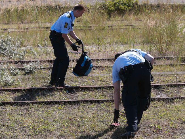 ETTERLATT: To sandaler og to små sekker lå igjen på bakken etter flukten fra et tog i Rødby.