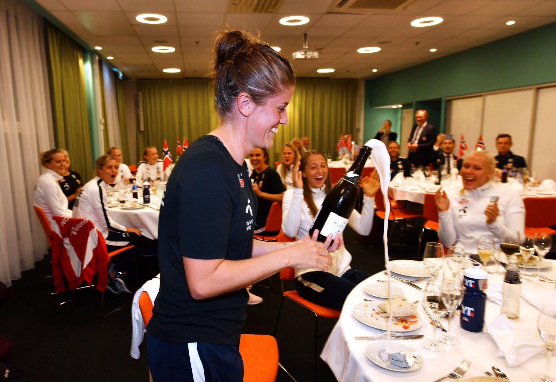 SJAMPIS-TRØBBEL: Maren Mjelde slet lenge med å få sprettet champagnen, men det ble en smak til alle på banketten etter hvert.