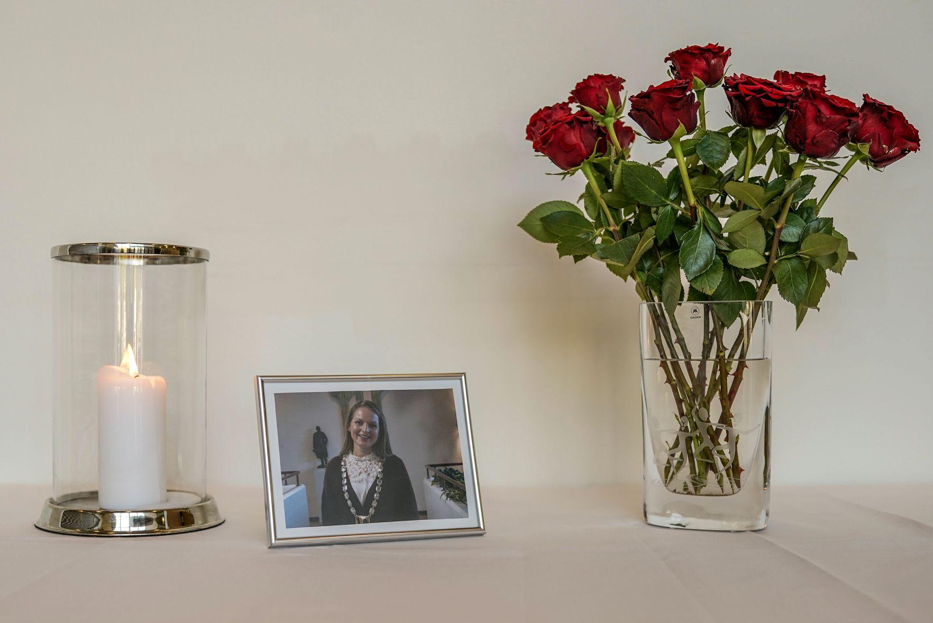 TENT LYS: Ved rådhusets inngang er det satt opp lys, blomster og et bilde av Ingrid Aune. Fredag vil det bli lagt ut en kondolanseprotokoll.